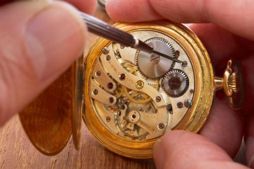 • Enhebramos collares de perlas. • Reparaciones al instante. • Lay away plan. • Responsabilidad y honestidad.  • Relojes marcas principales.