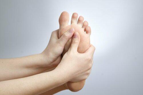 - Juanetes - Dedos deformes - Corrección permanente de uñeros - Espuelones - Fascitis plantar - Callosidades - Lesiones en la piel
