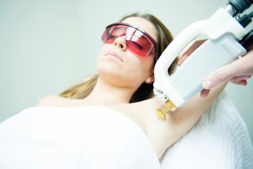 -Tratamiento con láser para rejuvenecimiento de la piel -Remoción de esos vellos y venas indeseables con láser -Reducción de enrojecimiento de la piel -Reducción de líneas finas de expresión -Reducción de la apariencia de cicatrices -Eliminación de lesiones en la piel como quistes, lipomas, verrugas y lunares