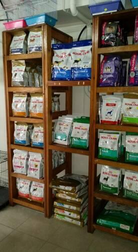 """•  Alimentos y productos para animales de corral •  Accesorios •  Medicamentos •  Tratamiento para pulgas y garrapatas •  Productos de fumigación •  Comida para perros, gatos, hámsters, ratones, güimos, cotorras, pericos, """"lovebirds"""" y cockatieles."""
