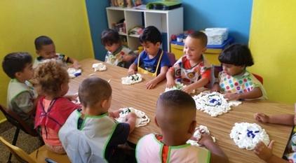 • Desayuno, Almuerzo y Meriendas • Atendemos niños desde los 2 meses hasta los 5 años de edad. • Área de Nursery y Pre-andantes. • Salones Completamente Equipados • Educación Preescolar con Introducción al Inglés • Programa de Educación Física  • Personal Altamente Cualificados  • Amplias Áreas Recreativas • Campamento de Verano