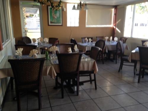 • Comida criolla, puertorriqueña, con excelentes cortes de carne.  • Salón de actividades, barca y billares.