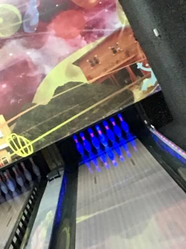 """- Ofertas de Cumpleaños - Abrimos toda la semana - Alimentos  - Juego de Bolos: Se pueden alquilar las líneas por hora ó por juego - Salón de Juegos con 14 máquinas disponibles - Cotizaciones personalizadas disponibles - Espacios publicitarios en las barredoras, pantallas y/o """"table tents"""""""