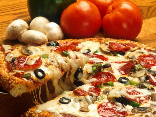 """• Pizza  • Calzones  • Lasagñas • Chicharrones de pollo • Alitas fritas  • Pechugas al horno • Pizza burguer y mucho más • Amplio estacionamiento • Servicio de Entrega """"delivery"""""""