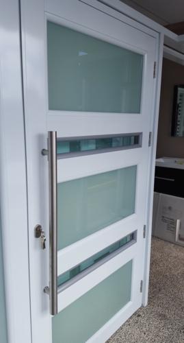 Puertas y ventanas de seguridad. Puertas de duchas. Puertas de cuartos en cristales. Ventanas de seguridad con Screen. Ventanas tormenteras. Puertas de screen.