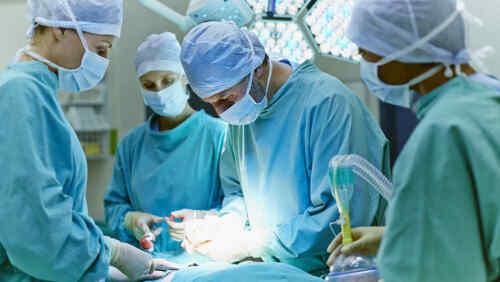 • Cirugía de hernias • Vesícula y colon • Manejo de úlceras • Pie diabético • Biopsias de seno • Laparoscopia •La Visita se coordina con cita previa