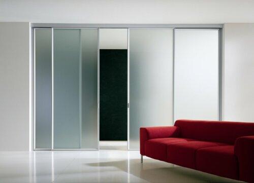 Puertas corredizas en cristal y espejo. Frentes y fachadas comerciales. Topes de mesa. Pared espejos. Especialista en todo tipo de puertas ventanas en cristal. Cristaleria en General.