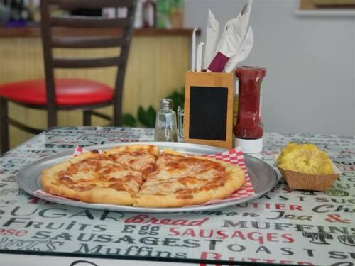 • Desayunos • Bocadillos • Sándwiches • Pizzas  • Quesadillas • Burritos • Carnes • Menú a la carta