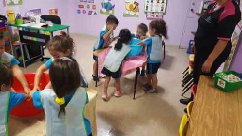 """Contamos con excelente personal capacitado: maestras certificadas, trabajadora social, enfermera y dieta certificada por una nutricionista.  • Aire acondicionado central. • Salones para infantes (0-18 meses) • Salón maternal (1 1/2 a 3 años) • Preescolar (3 a 5 años) • Desarrollo de destrezas motoras  • Estimulación del habla • Introducción al inglés    • Desarrollo de lecto-escritura • Servicios de """"day care"""""""