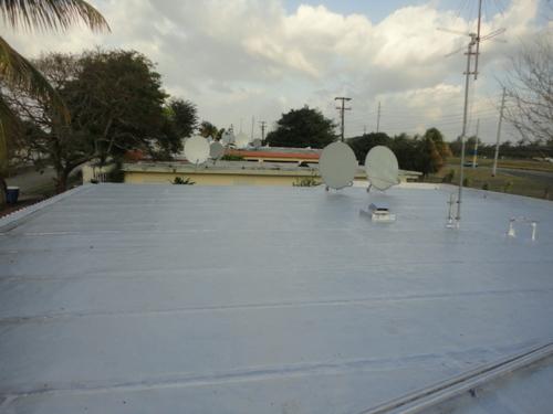 • Remoción y disposición de materiales existentes • Preparación de la superficie • Lavado a presión • Aplicación de primer y masa asfáltica tipo Danosa en las uniones y solapes • Aplicación de pintura tipo rich port aluminum roof coating