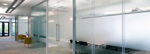 Espejos y cristales decorativos, todo tipo de puertas y ventanas.