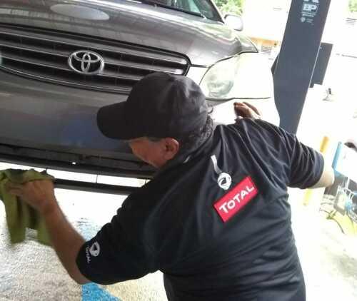 """•Cambio de Aceite y Filtro Regular •4 Cuartos de Aceite •""""Check"""" de Fluidos •""""Check"""" de Frenos •""""Check"""" de Presión de Aire •""""Car Wash & Detailing"""" ¡Recogemos el Auto en su casa o trabajo o lo llevamos a su destino!"""