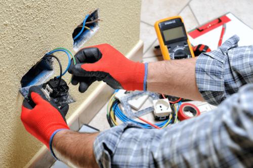 """• Certificaciones eléctricas •Reparación de Bases de Contador •Monturas de """"Transfer Switch"""" •Monturas de plantas electrica •Todo tipo de Instalaciones •Otros Servicios"""