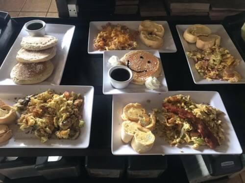 -Topos - Pollo, Cerdo JUEVES- MOJITOS 2X1 - Topos - Pollo, Cerdo con ensaladas VIERNES- MARGARITAS 2X1  - Camarones  - Quesadillas Bebidas; Margaritas, Mojitos, Sangria, Carta de Vinos - Chimichangas - Burritos/ Burritos al plato/ Taco Salad - Pastas Aperitivos  Pa' Arrancar/ Variedad: -Nachos  -Sopas - Canti Salad Nuestras espacialidades: - Fajitas/ Pechuga o Churrascos/ Camarones/Combinación  - Menú Para Niños/ Disponibles Postres: Churros/Flanes/Cheesecake Postre de la casa: Bizcocho de Chocolate