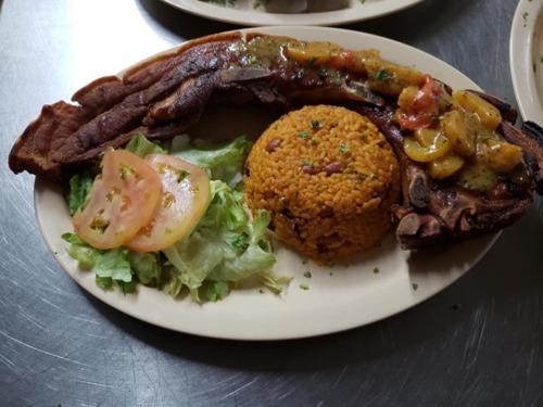 Restaurantesportbaren el pueblo de Morovis, atendido por sus propietarios en un ambiente familiar.