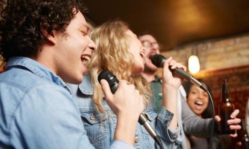 •Música en vivo  •Karaoke •Juegos al azar  •Agencia Hípica •Especialidad en tragos  •Picadera