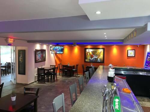 •Barra •Restaurante de comida criolla •Variedad de cervezas •Vinos •Mojitos •Tragos •Frappes